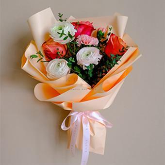 Stunning Lady (Roses & Ranunculus Bouquet)